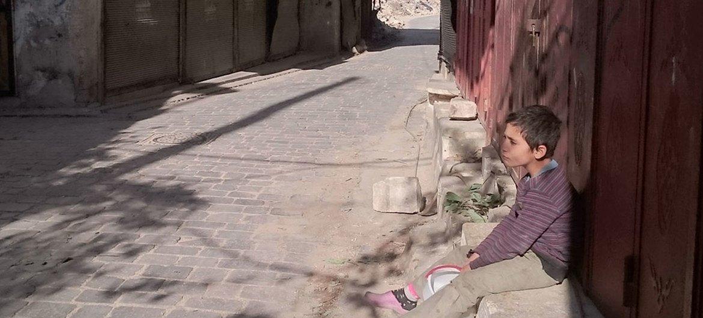 Un enfant de 9 ans avec un bidon à la recherche d'eau dans un quartier de la vieille ville d'Alep, en Syrie. Photo UNICEF/Zayat