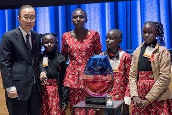 Пан Ги Мун с участниками  мероприятия по ВИЧ