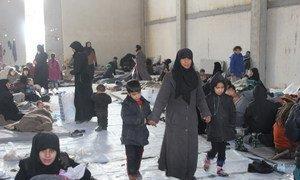 Des femmes et des enfants syriens déplacés de l'est d'Alep dans un abri dans la zone industrielle d'Al-Mahalij. Photo HCR (archives)