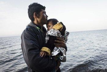 Un joven afgano abraza a su hijo tras llegar a la isla griega de Lesbos en una balsa inflable desde la costa turca. Foto: ACNUR/Achilleas Zavallis