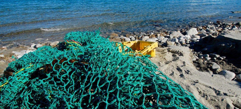 Las redes abandonadas en los fondos marinos son devueltas en ocasiones a las playas. Esta basura marina supone un gran peligro tanto dentro de nuestros mares como en las playas.