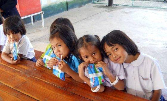 De acordo com a OMS, sal e açúcar não deveriam ser adicionados em comidas complementares dadas às crianças com menos de dois anos e deveriam ser limitadas acima desta idade.