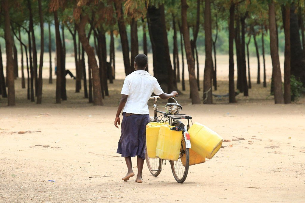 wanamke akiwa anakwenda kuchota maji katika wilaya ya Chikwawa, Malawi.