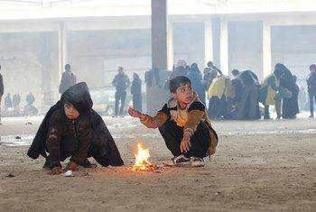 Dos niños intentan calentarse junto a un fuego en un almacén en Jibreen, que acoge a familias desplazadas por los recientes combates en el este de Alepo. 31.500 personas han sido desplazadas en esa zona de la ciudad desde el 24 de noviembre, incluyendo a unos 19.000 niños. Foto: UNICEF/Al-Issa