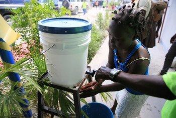 El lavado de manos es una medida básica para evitar la cólera y otras enfermedades en Haití.