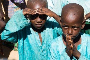 Deux jeunes garçons au camp de Maina Kaderi pour personnes déplacées dans la région de Diffa, au Niger.