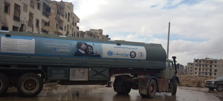 من الأرشيف، منظمة اليونيسف تقوم بنقل المياه الصالحة للشرب بالشاحنات.