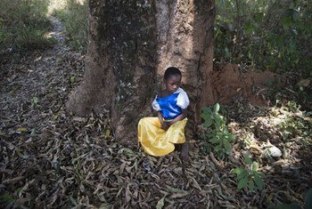 Эта пятилетняя девочка бежала из Южного Судана со своим отцом. Он купил ей платье в  комиссионке за несколько дней  до того, как они покинули родные  места.  Это единственное  платье у девочки, которая со своим папой нашла приют в Демократической Республике  Конго.   Фото  УВКБ/Колин Делфосс