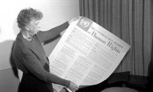 Eleanor Roosevelt sostiene la Declaración Universal de los Derecohs Humanos en 1949. Foto: ONU