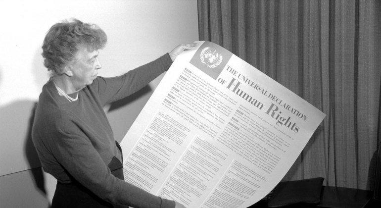 Eleanor Roosevelt sostiene la Declaración Universal de los Derechos Humanos en 1949.