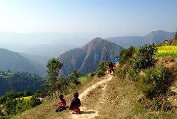 Des enfants jouent le long d'un sentier de montagne dans le district d'Arghakhanchi au Népal.