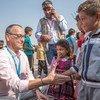 خيرت كابالاري المدير الإقليمي لليونيسيف لمنطقة الشرق الأوسط وشمال أفريقيا يلتقي بأطفال وعائلات في مخيم للنازحين في العراق.