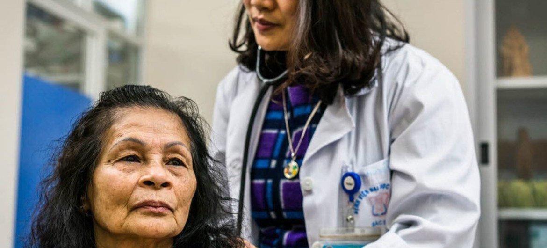 La Cobertura Universal de Salud se basa en una sólida atención primaria de salud y en servicios construidos en torno a las necesidades de las personas y las comunidades.