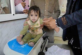 Un enfant est pesé dans un hôpital soutenu par l'UNICEF à Sa'ada, au Yémen (archives). Photo UNICEF/Ma'ad Al-Zekri