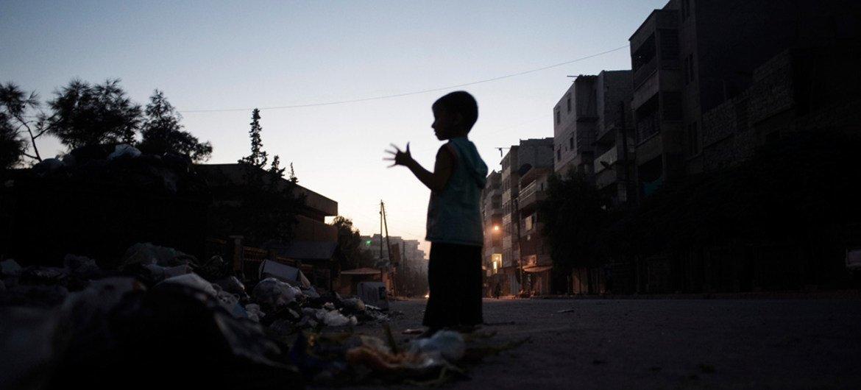 Un niño observa la destrucción en Alepo. (Archivo) Foto: OCHA/Romenzi