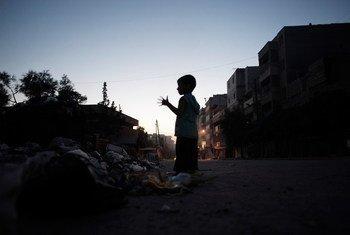 Un niño observa la destrucción en Alepo.