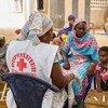 Une professionnelle de santé dans un village près de Kayar, au Sénégal, fournit des soins à des patients, dont des traitements contre le paludisme.