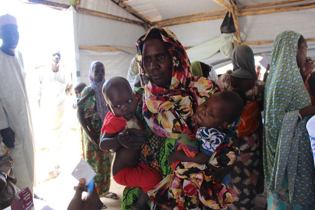 Une mère avec ses enfants à Monguno, dans l'Etat de Borno, au nord-est du Nigéria (archives). Photo OCHA