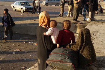 在阿勒颇流离失所的妇女和儿童。