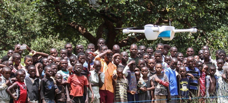 马拉维儿童在观看联合国儿童基金会和该国政府使用无人机运送艾滋病检测样本实验。