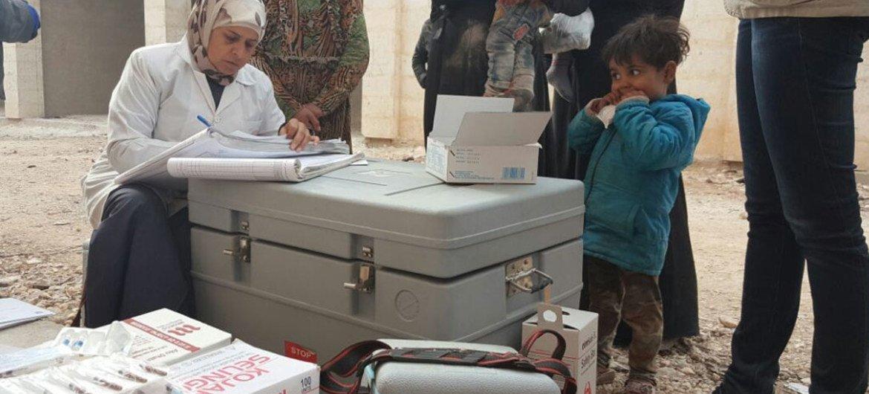 Las organizaciones que trabajan con la OMS en Siria vacunan a los niños que han logrado huir del este de Alepo. Foto: OMS Siria