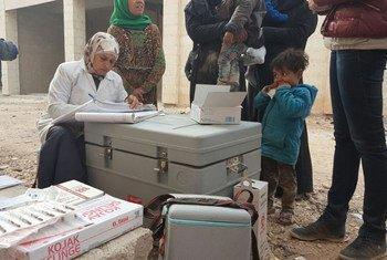 Des enfants ayant fui l'est d'Alep se font vacciner à Jibreen, dans les faubourgs de la ville. Photo OMS Syrie