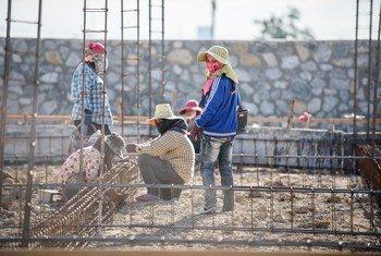अत्यधिक काम फिर भी क़द्र नहीं. थाईलैण्ड के इमारत निर्माण कार्य और घरेलू कामकाज में, प्रवासी महिलाओं के साथ लगातार भेदभाव होता है और अक्सर उन्हें श्रम संरक्षा हासिल नहीं है.