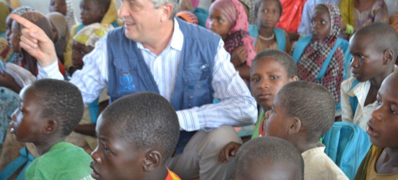 El Alto Comisionado para los Refugiados, Filippo Grandi, en Baga Solo, en Chad, con niños refugiados. Foto: ACNUR / Ibrahima Diane