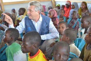 Le Haut-Commissaire des Nations Unies pour les réfugiés, Filippo Grandi à Baga Sola, au Tchad, avec des enfants réfugiés dans une salle de classe du camp Dar es Salam.