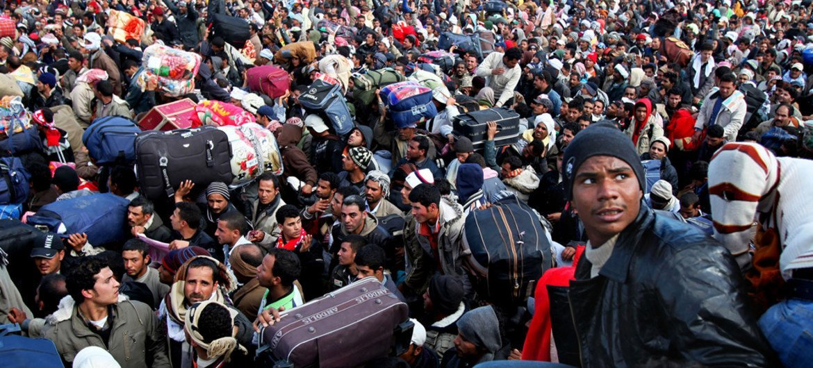Thousands of migrant workers, mainly from Egypt and Tunisia, wait to cross into Tunisia from Libya. (file)