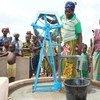 Des villageois à Kore, au Burkina Faso, collectent de l'eau à un point d'eau.