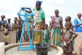 Des villageois à Kore, au Burkina Faso, collectent de l'eau à un point d'eau. Photo UNICEF/Adel Sarkozi