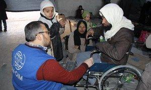 Bakri, une personne invalide et 5 enfants qui ont trouvé refuge à Jibreen, à Alep, en Syrie, rapportent qu'ils ont eu peu de nourriture et étaient constamment sous les tirs et les bombardements. Il est également tombé plusieurs fois de son fauteuil. Photo OIM Syrie