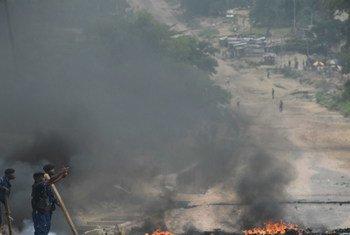 El fuego arde en las calles de Kinshasa durante las manifestaciones en la República Democrática del Congo el 20 de Diciembre de 2016. Foto: MONUSCO