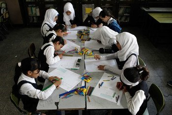 Des écolières dans une salle de classe de l'école Abu Tamam pour les filles à Gaza.