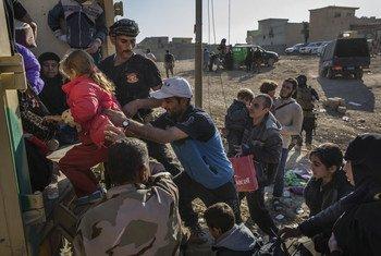 Мирные жители Мосула покидают город. Фото УВКБ/И.Прикетт