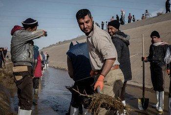 Nettoyage du principal canal du système d'irrigation Al Jazeera nord, près de Mossoul, qui devrait permettre d'alimenter de nouveau d'autres canaux.