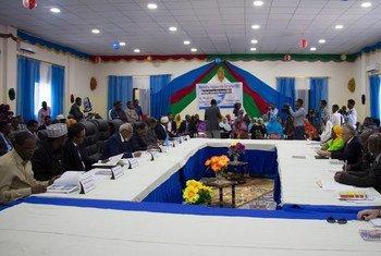 مندوبون أثناء حضورهم لمنتدى القيادة الوطنية في الصومال.