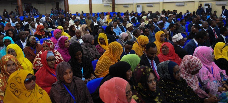 Miembros del parlamento Somalí atienden la ceremonia de inauguración en Mogadishu el 27 de Diciembre de 2016. Foto: ONU/Ilyas Ahmed