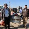 Des personnes arrivent au camp Khazer, un abri sûr pour plus de 6.000 Iraquiens qui ont fui les combats à Mossoul situé à 45 kilomètres.