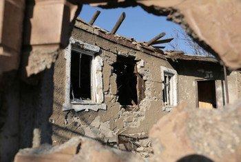 Des maisons endommagées par les combats sur la ligne de front en Ukraine.