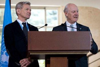 Jan Egeland y Staffan de Mistura se dirigen a la prensa en Ginebra. Foto: ONU/Jean-Marc Ferré