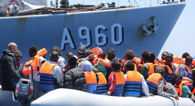Мигранты, спасенные во время морской переправы в Европу через Средиземноморский путь. У берегов Сицилии, Италия