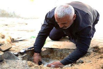 Reparaciones de tuberías de agua en el campo de Jabalia, en el norte de Gaza.