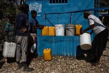Unas 18.000 personas pueden recoger agua limpia en Hinche, en Haití, gracias a una fuente instalada por la MINUSTAH. Foto: ONU / MINUSTAH