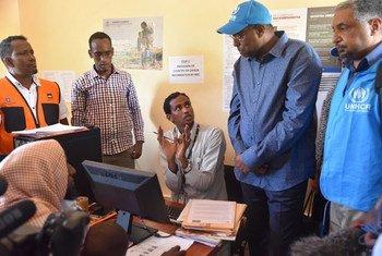 L'Envoyé spécial du HCR, Mohamed Abdi Affey (second à partir de la droite) écoute un réfugié somalien à Dadaab, au Kenya, qui a choisi de rentrer à la maison via un programme de rapatriation volontaire.