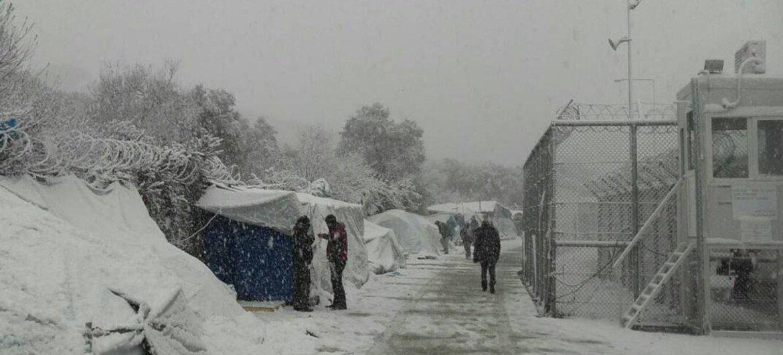 Des migrants et des demandeurs d'asile sur l'île grecque de Lesbos couverte par la neige, en janvier 2017. Photo OIM