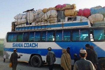Un bus transportant des familles afghanes de retour du Pakistan en janvier 2017.