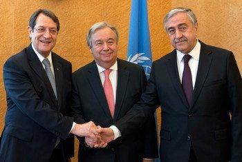 Le Secrétaire général des Nations Unies, António Guterres (au centre), aux côtés du dirigeant chypriote turc, Mustafa Akinci (à droite) et du dirigeant chypriote grec, Nicos Anastasiades (à gauche), lors de la Conférence sur Chypre à Genève en janvier 2017.