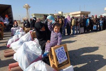 L'Organisation internationale pour les migrations (IOM) distribue de l'aide à Gogjiali, en Iraq, transformé en centre de réception où arrivent les Iraquiens qui fuient Mossoul.